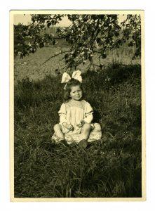 Ein glückliches Kind: rosalie unterm Kirschbaum (Foto: Familienarchiv